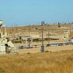 auf dem Weg vorbei an Ölfeldern