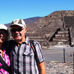 Wir vor der Piramide La Luna (Mondpyramide)