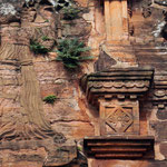 die Figuren sind oben auf den Säulen