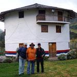 Bernd, Theo und Hans-Jürgen vor dem Museum-leider haben wir nicht verstanden, was uns auf spanisch erzählt wurde!