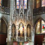 Die katolische Kirche ist natürlich viel prunkvoller ...