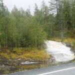 von überall kommen die Wasserfälle die Berge herunter