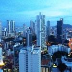 Panama City bei Einbruch der Dunkelheit.