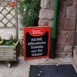 im gesamten Gelände weit und breit keine Toilette zu finden