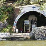 die Kirche auch für die Bootsfahrer darf nicht fehlen