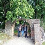 Mit Agnes und Ralf am Eingang zur Kirchenruine -