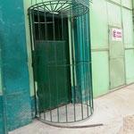 auch die Menschen, sprich ein Wachmann kommt nur durch dieses Gitter