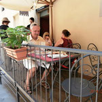 Pizza auf dem Balkon