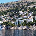 steile Küste und einige zerfallene Hotels