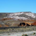 aus der Pampa wachsen auf einmal sehr farbige Berge