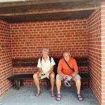 hier warten zwei auf den Bus nach Ückermünde