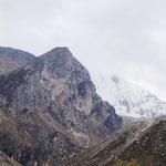 vergletscherte Berge im Hintergrund