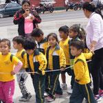 so gehen die Kindergruppen über die Straße