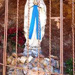 auf einem Spaziergang - Marien-Figur im Berg
