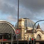 Wir fahren ein in Dresden und begegnen gleich dem Bahnhof