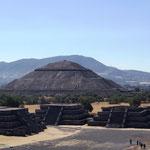 Blicke auf die Sonnenpyramide, die den Mittelpunkt der Anlage bildet