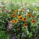 ... mit tollen Blumenrabatten