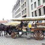 """zurück in der Altstadt flanieren wir um die """"Frauenkirche"""" und begegnen diesen Kutschen"""