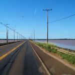 der See kann nicht tief sein, die Strasse führt Mitten durch - das Wasser ist rot, wie die Erde