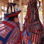 die Peruanerinnen haben alles Wichtige immer im Bündel auf dem Rücken - hier das Baby