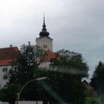Kirche in dem Vorort, wo wir mit unseren Häusern stehen