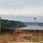 die Feile zeigen die Teilung an - die Grenze verläuft in der Mitte des Rio Paraná