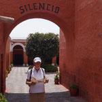 wir betreten das Kloster Santa Catalina