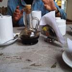 Kaffee - Tassen mit Wasser und in der Kruke ist der Kaffee, den man selbst eingießt ...