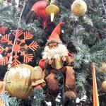 sitzender Zwerg im Weihnachtsbaum