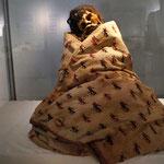 eine Mumie, wo sich beim Röntgen herausstellte, dass sie noch ein Kind im Arm hält