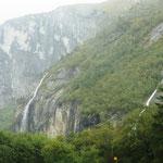überall stürzt das Wasser von den Bergen