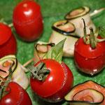 mini tomatesniçoises, rouleaux de courgettes marinées et saumon