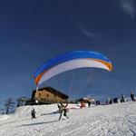 Tandemstart mit dem Paragleiter im Winter (Foto: Austriafly)