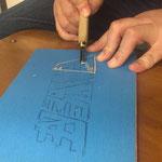 トレーシング紙とカーボン紙で版木に左右を反転させて転写&彫刻