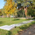 die Arbeit erhielt einen Metallrahmen, die fertige Arbeit befindet sich in der Nähe des Kriegerdenkmales.