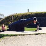 大砲で遊ぶ子ども