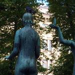 銅像の頭の上のハト