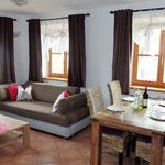 Der Essbereich mit der Couch für die Gäste 3+4