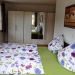 Der geräumige Kleiderschrank im Schlafzimmer
