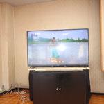 55型大型テレビを食堂に設置しています。