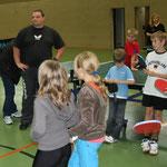 Die jungen Teilnehmer erhalten das Tichtennis-Sportabzeichen und eine Urkunde