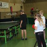 Der Tischtennisroboter ist ein Anziehungspunkt