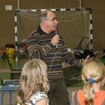 """Joachim begrüßt die Kinder, die neugierig auf das """"Schnuppermobil"""" sind"""