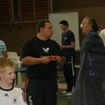 DTTB-Teamer Alexander Murek und  Jugendtrainer Wolfgang Wegner beim Fachsimpeln