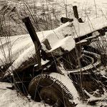 Ausrangierter alter Gummiwagen in Schneelandschaft
