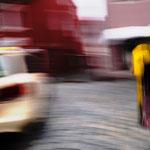 Taxi und Postbotin