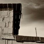 Unverputzte Mauer, Wolken