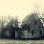 Vom Verfall gezeichnetes altes Bauernhaus