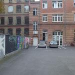 Hier im zweiten Hinterhof der Mittenwalder Straße 6 im ersten Obergeschoß befinden sich die Atelierräume. Gleich um die Ecke in der Bergmannstraße hat in den achtziger Jahren mein berliner Leben begonnen.