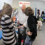 Müden Reinigung GmbH® Filialen, Bilder & Impressionen, GHF Angela und Trudel schauen Horst Lange zu